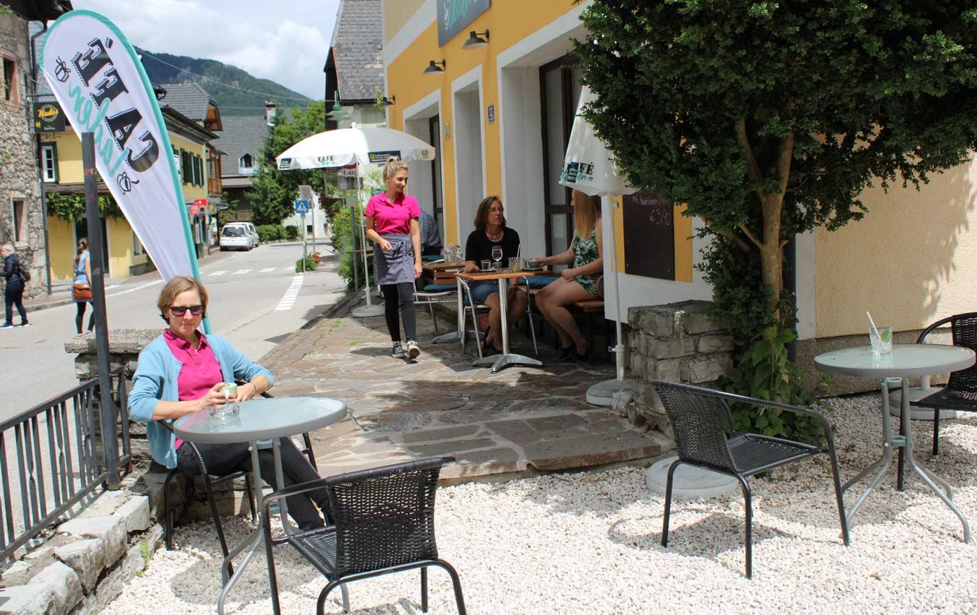 Gabriele Pramesberger im Gastgarten des CaféLadens